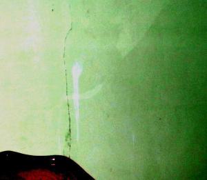 penampakan aura keris di balik dinding