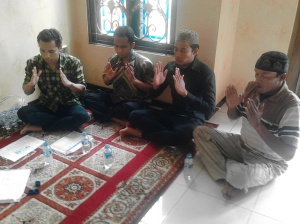 murid-murid sedang meditasi